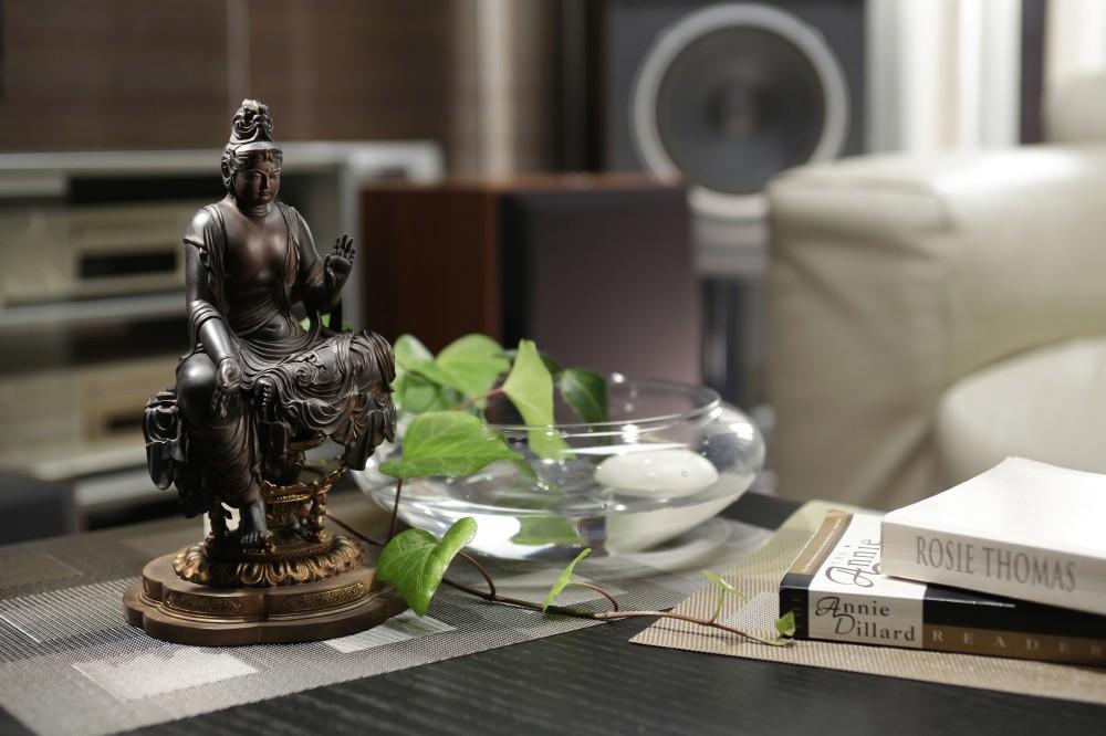 STD伝如意輪観音 :平安時代前期に造られた、京都 宝菩提院願徳寺の国宝像。凛々しく遠くを見据える顔つきは明るい未来を見据えるかのようです。縁起は、宝菩提院願徳寺は持統天皇が御心願を叶えるために創建された寺院で、徳ある人の願いが叶ったために願徳寺と称されたと伝えます。