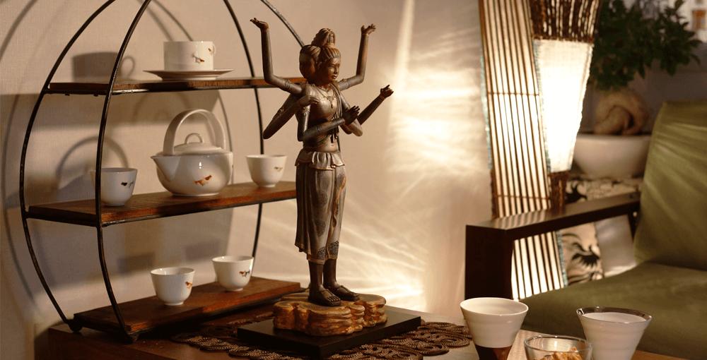 イスムは国宝 阿修羅像の造形美を入念に検証。